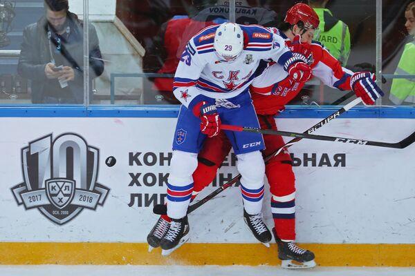 Форвард СКА Илья Каблуков (слева) и защитник ЦСКА Игорь Ожиганов