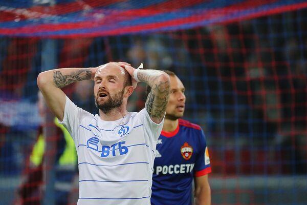 Защитник Динамо Константин Рауш (на первом плане)