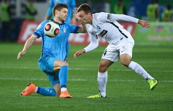 Игрок Балтики Максим Григорьев (слева) и игрок Крыльев Советов Олег Ланин