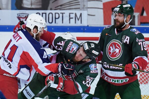 Защитник ХК Ак Барс Андрей Марков (справа)