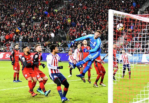 Игровой момент финального матча Лиги чемпионов КОНКАКАФ Торонто - Гвадалахара