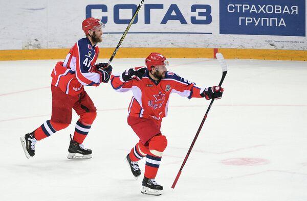 Игроки ПХК ЦСКА Владимир Жарков (справа) и автор гола Грег Скотт