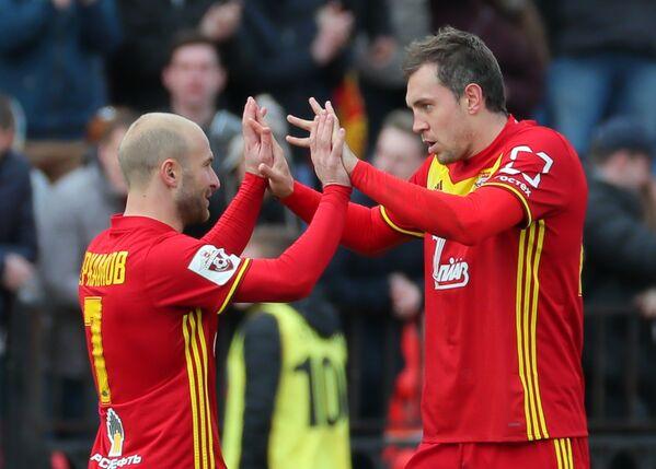 Футболисты Арсенала Кантемир Берхамов (слева) и Артём Дзюба радуются забитому гол