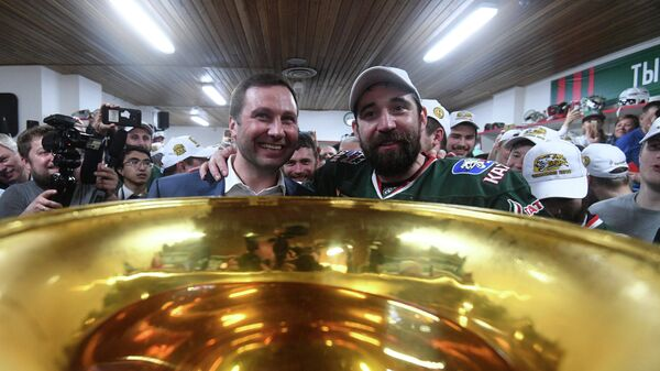 Вице-президент КХЛ по развитию молодежного хоккея Алексей Морозов и форвард ХК Ак Барс Данис Зарипов (справа)
