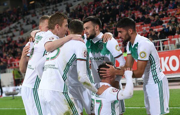 Футболисты Ахмата радуются победе