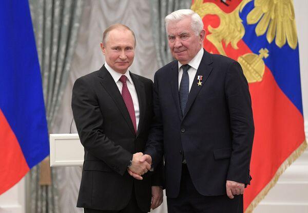 Владимир Путин и Николай Карполь (справа)