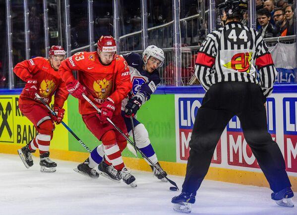 Форвард сборной России Евгений Дадонов (в центре слева)