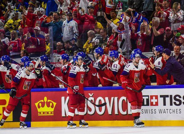 Болельщики и хоккеисты сборной Чехии радуются заброшенной шайбе