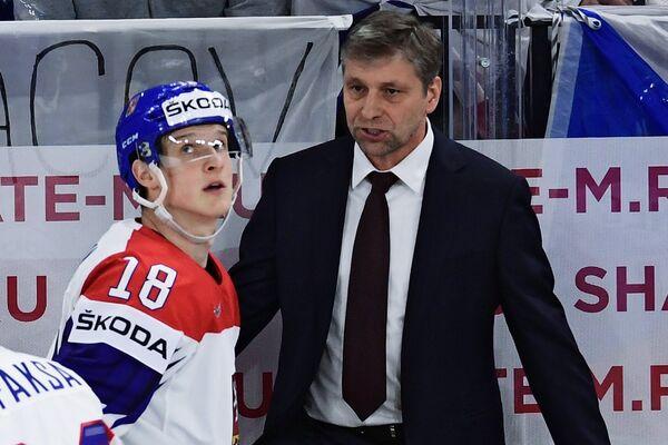 Нападающий сборной Чехии Доминик Кубалик (слева) и главный тренер сборной Чехии Йозеф Яндач