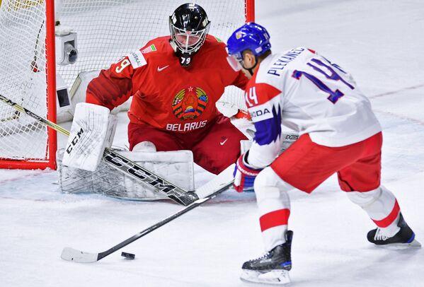 Вратарь сборной Белоруссии Виталий Трус (слева) и нападающий сборной Чехии Томаш Плеканец