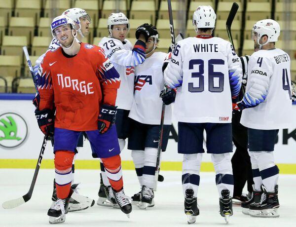 Хоккеисты сборной США радуются голу