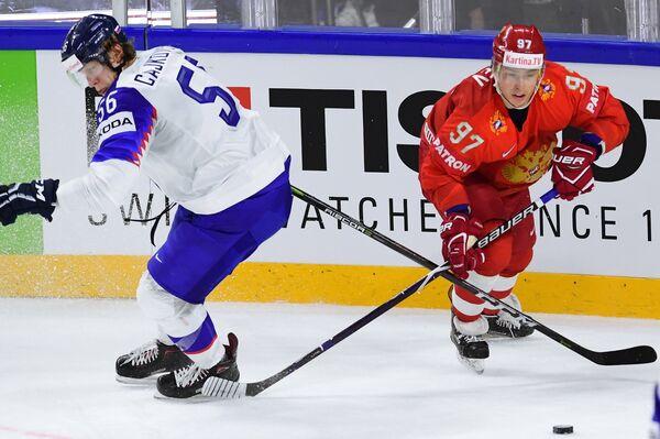 Защитник сборной Словакии Михал Чайковски (слева) и форвард сборной России Никита Гусев