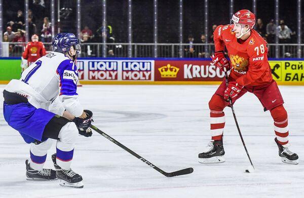 Форвард сборной Словакии Марек Дялога (слева) и защитник сборной России Максим Мамин