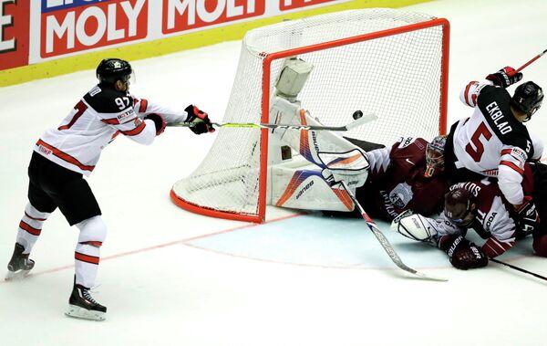 Игровой момент матча группового этапа чемпионата мира Канада - Латвия