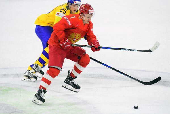 Форварды сборной России Кирилл Капризов и команды Швеции Якоб де ла Роуз (справа налево)