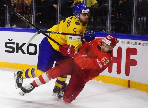 Защитник сборной Швеции Микаэль Викстранд и форвард команды России Евгений Дадонов (слева направо)