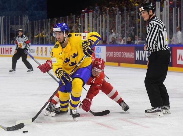 Форвард сборной Швеции по хоккею Мика Зибанеджад (слева)