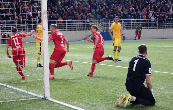 Футболисты Енисея Артур Саркисов, Александр Жиров и Егор Иванов (слева направо) радуются забитому голу