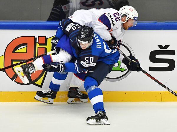 Защитник сборной Финляндии Юусо Риикола (слева) и нападающий сборной Норвегии Мартин Роймарк