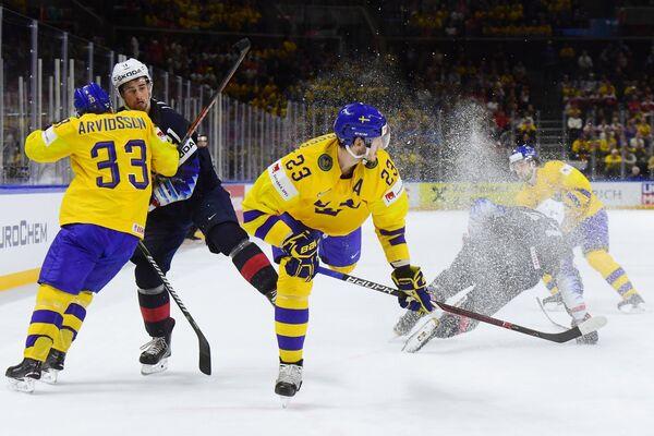 Нападающие сборной Швеции Виктор Арвидссон, сборной США Дилан Ларкин и защитник сборной Швеции Оливер Экман-Ларссон (слева направо на первом плане)