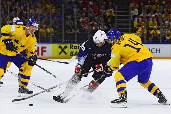 Защитник сборной Швеции Хампус Линдхольм, нападающие сборной США Колин Уайт и сборной Швеции Густав Нюквист