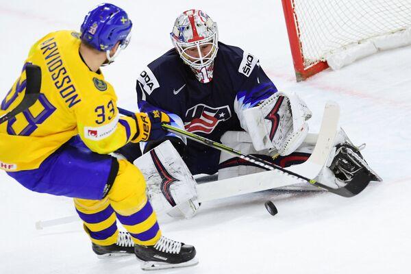 Нападающий сборной Швеции Виктор Арвидссон (слева) и вратарь сборной США Кит Кинкейд