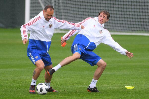 Футболисты сборной России Сергей Игнашевич (слева) и Марио Фернандес