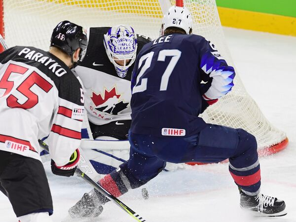 Хоккеисты сборной Канады Колтон Парэйко и Кёртис Макэлинни и форвард сборной США Андерс Ли (слева направо)