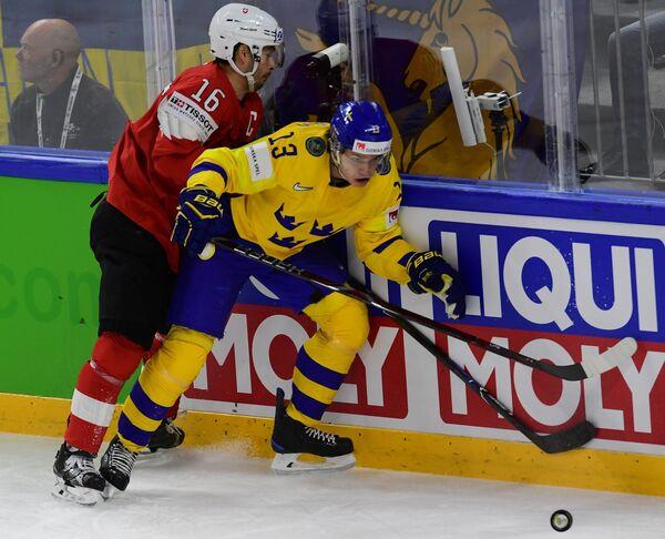 Защитник сборной Швейцарии Рафаэль Диас и нападающий сборной Швеции Маттиас Янмарк (справа)
