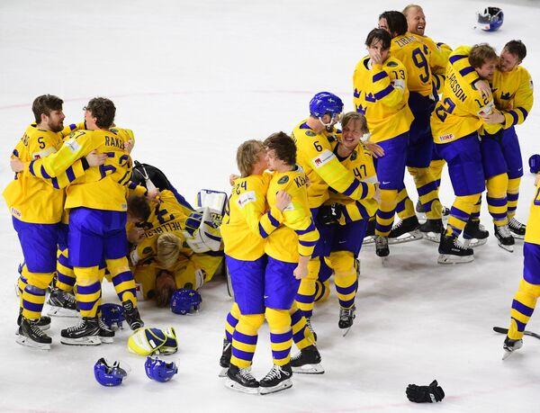 Хоккеисты сборной Швеции радуются победе