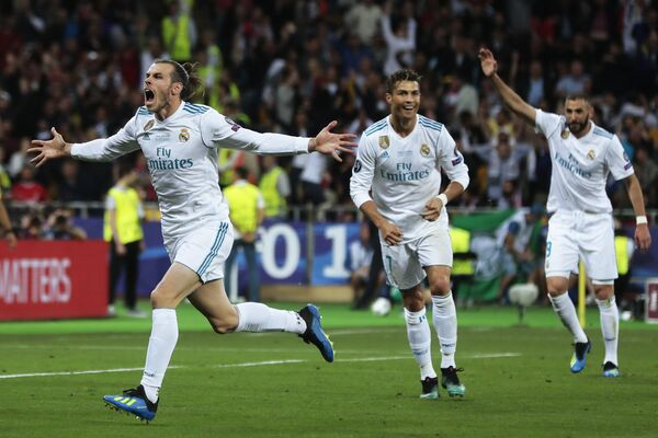 Футболисты Реала Гарет Бейл, Криштиану Роналду и Карим Бензема (слева направо) радуются забитому голу