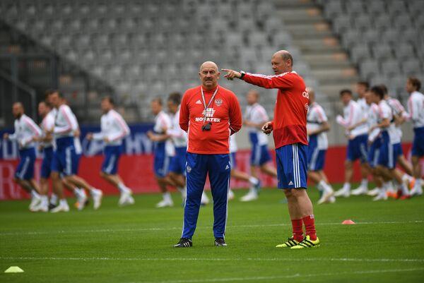 Тренер сборной России по футболу Станислав Черчесов (слева) и Мирослав Ромащенко