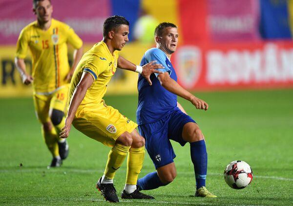 Защитник сборной Румынии по футбол Кристиан Маня и полузащитник сборной Финляндии Робин Лод (слева направо)