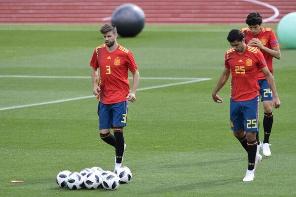 Футболисты сборной Испании Жерар Пике, Родри Эрнандес и Хесус Вальехо (слева направо)