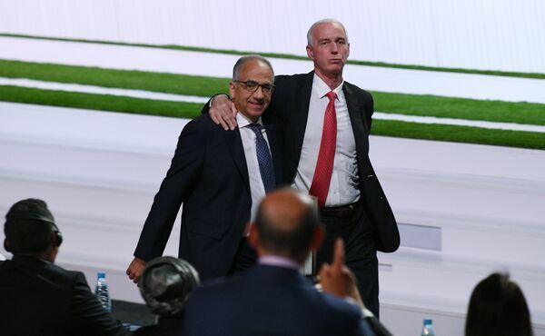 Президент футбольной федерации Канады Стив Рид (справа) и президент Ассоциации футбола США Карлос Кордейро