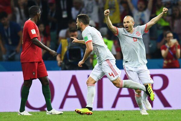 Защитник сборной Испании Начо (в центре) радуется голу