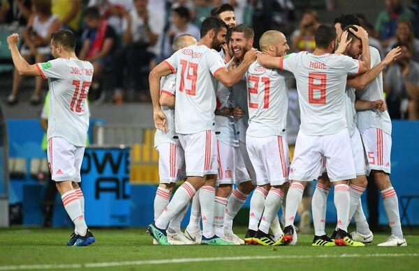 Игроки сборной Испании радуются забитому мячу