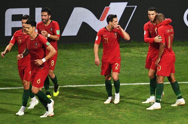 Игроки сборной Португалии радуются забитому голу