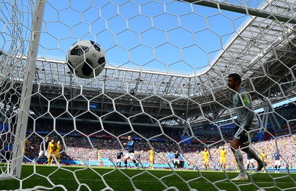 Вратарь сборной Австралии Мэти Райан пропускает мяч