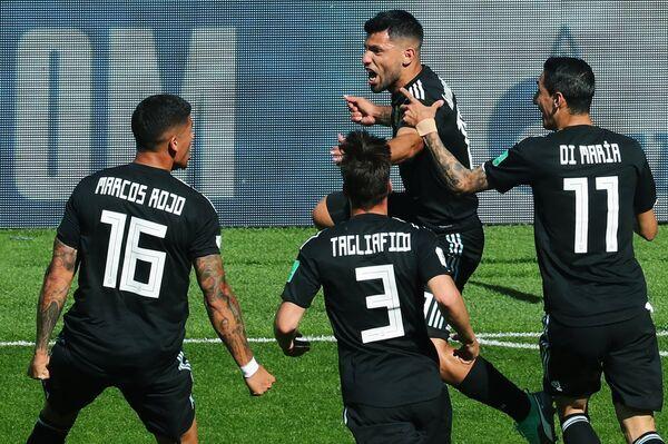 Игроки сборной Аргентины радуются забитому голу