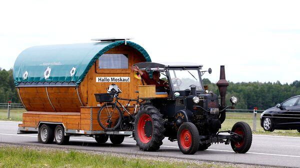 Футбольный болельщик из Германии Губерт Вирт на своем тракторе