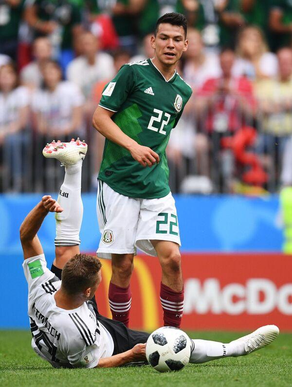 Защитник сборной Германии Йозуа Киммих и хавбек сборной Мексики Ирвинг Лосано (слева направо)