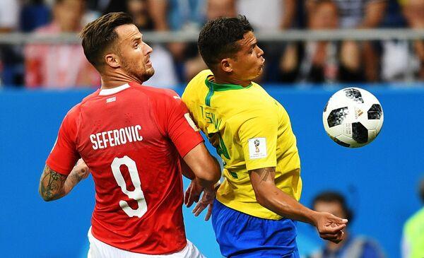 Нападающий сборной Швейцарии Харис Сеферович и бразильский защитник Тиаго Силва (Слева направо)