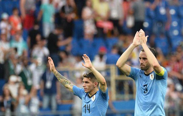 Футболисты сборной Уругвая Диего Годин и Лукас Торрейра (справа налево) радуются победе