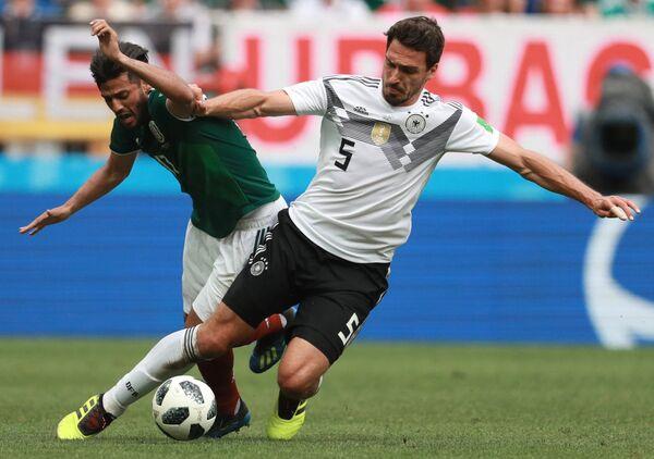 Слева направо: Карлос Вела (Мексика) и Матс Хуммельс (Германия)