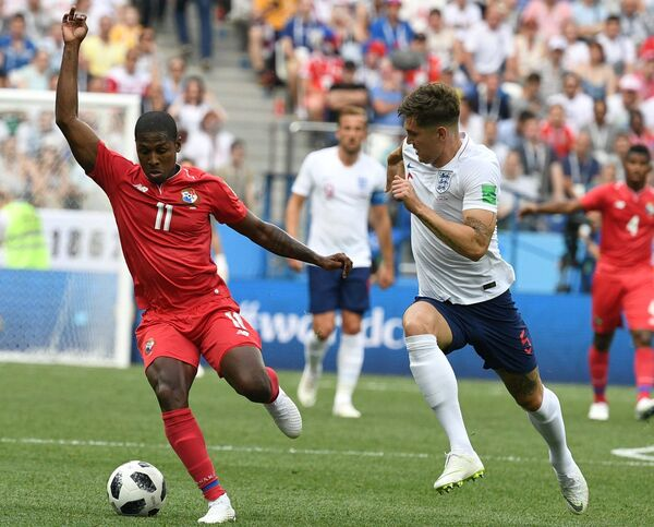 Панамский полузащитник Армандо Купер и защитник сборной Англии Джон Стоунз (Слева направо)