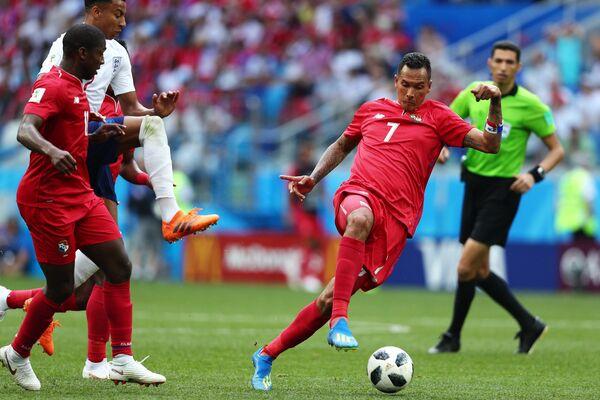 Панамский полузащитник Армандо Купер, вингер сборной Англии Джесси Лингард и нападающий панамской сборной Блас Перес (Слева направо)