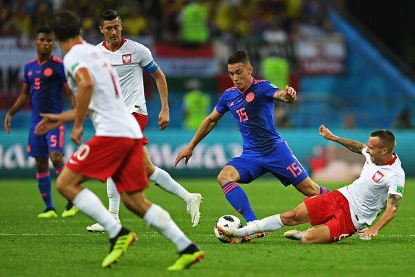 Польский хавбек Яцек Гуральски и полузащитник сборной Колумбии Матеус Урибе (Справа налево)