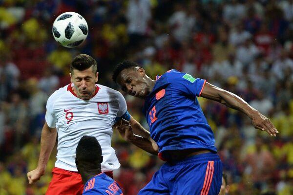 Нападающий сборной Польши Роберт Левандовски и защитник сборной Колумбии Ерри Мина (Слева направо)