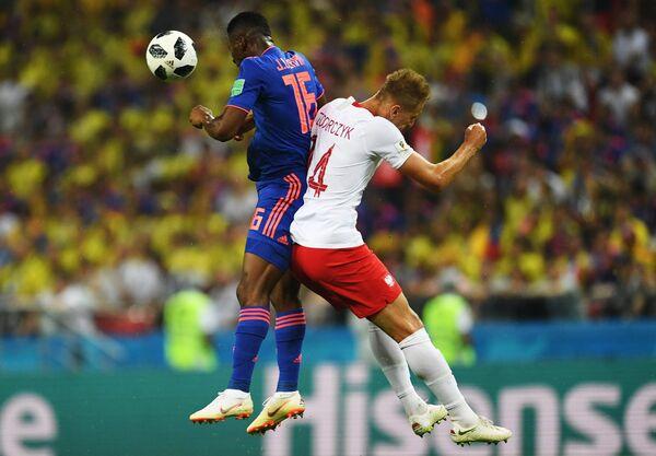 Полузащитник сборной Колумбии Джефферсон Лерма и нападающий поляков Лукаш Теодорчук (Слева направо)